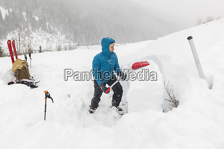 mylene jacquemart tests snowpack stability with