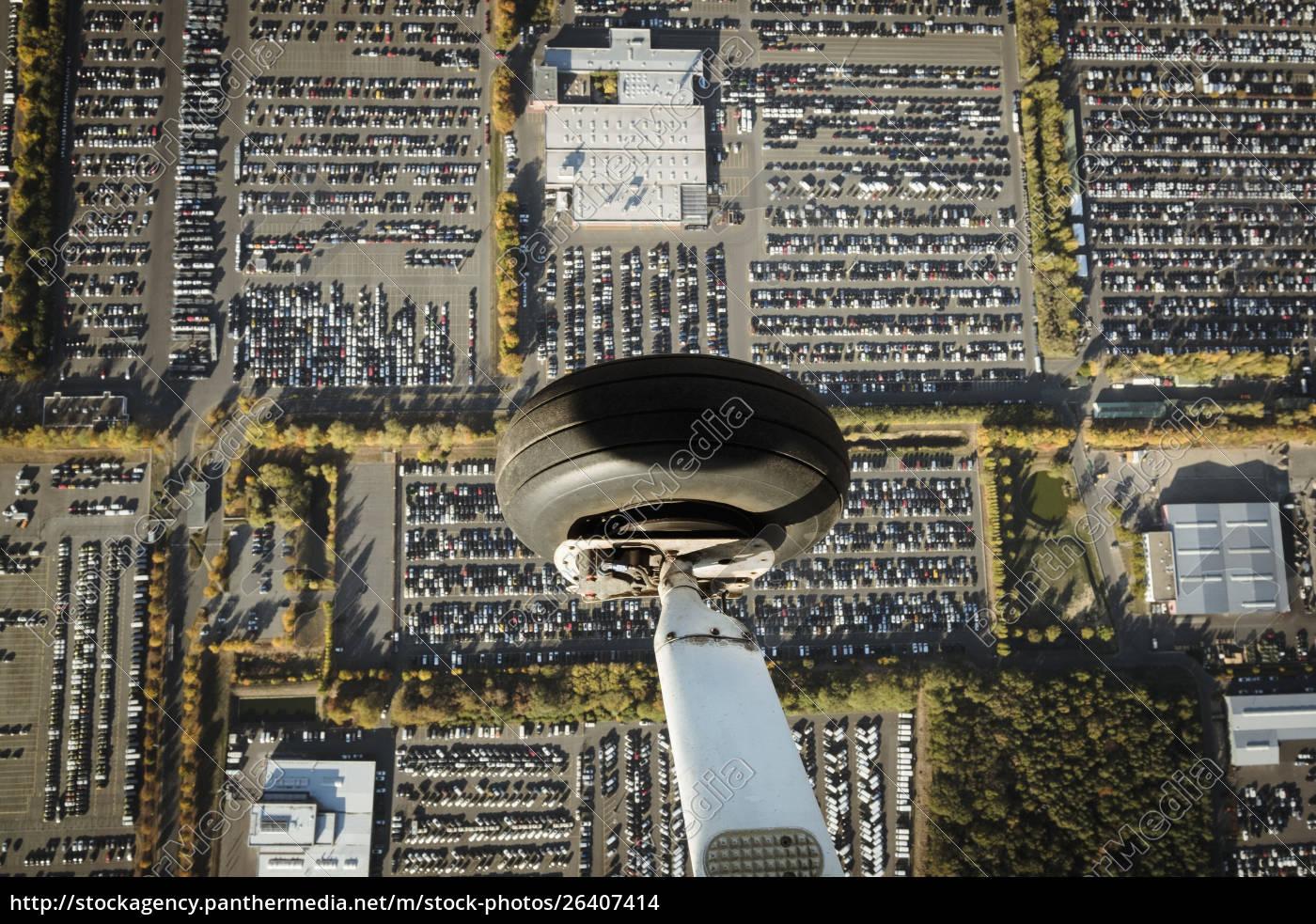 luftbild, flugzeugrad, das, über, parkplätze, fliegt - 26407414
