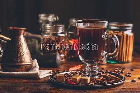 glas kaffee mit gewuerzen