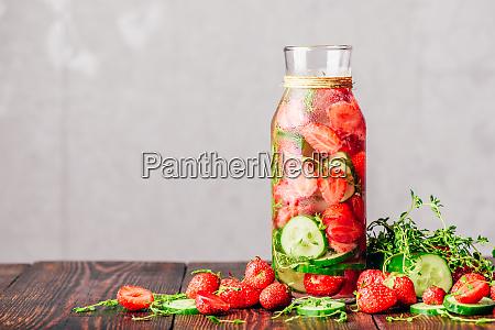 wasser mit erdbeere gurke und thymian