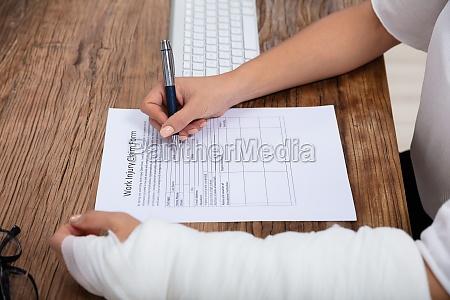 verletzte frau fuellt arbeitsunverletzt