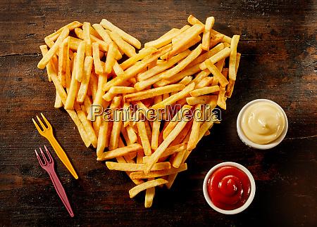 herzfoermige portion franzoesischer fries mit dips