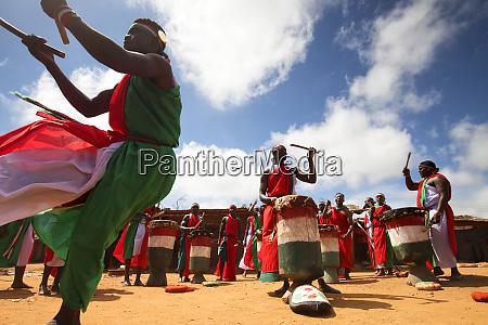 traditioneller burundischer tanz mit typischen trommeln