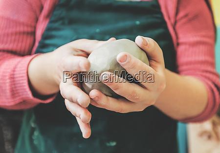 weibliche keramik kuenstler formung ton