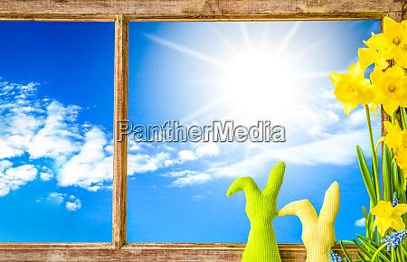fenster sonniger blauer himmel osterdekoration und