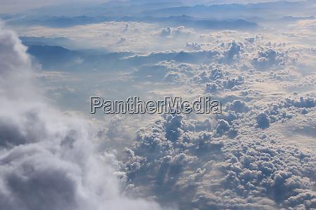 panorama aus flugzeugfenster mit weissen wolken