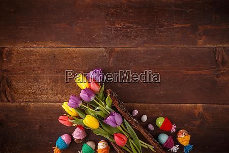 osterkomposition mit tulpen
