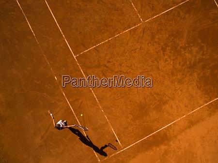 tennisspielerin auf dem platz weitwinkelansicht von