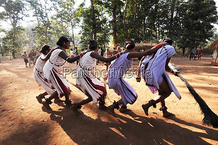 dhurua tribal men and women performing