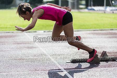 trainingsstart fuer teenager laeufer auf rennstrecke