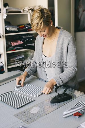 modedesigner arbeitet an vorlage