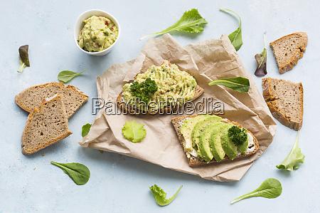 brotscheiben mit in scheiben geschnittener avocado