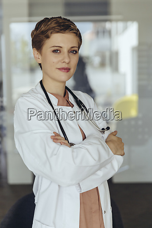 portraet einer selbstbewussten AErztin mit gekreuzten