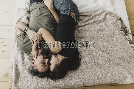 paar, auf, bett, liegen, küssen, kuscheln, und, umarmen - 26518323