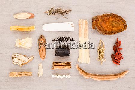 traditionelle chinesische kraeuterzutaten in alternativen kraeutermedizin