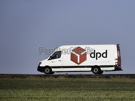 ein paketdienstfahrzeug