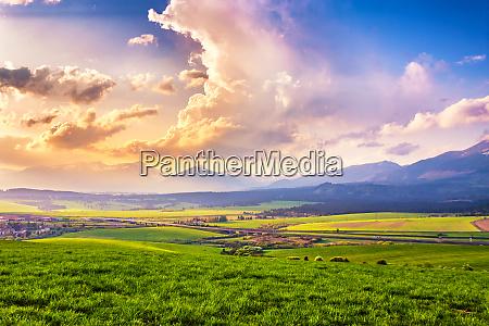 malerische gruene felder und wiesenlandschaft panorama
