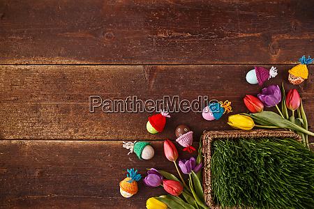 ostereier gruenes gras und tulpen