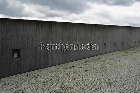 deutschland bayern muenchen betonmauer auf der