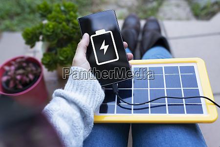 erneuerbare energietechnologie solarpanel aufladen einer handybatterie