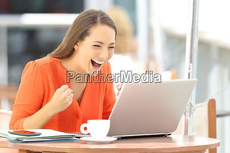 aufgeregter unternehmer erhaelt gute nachrichten online