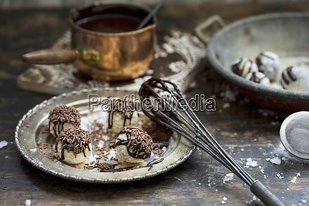 handgemachte trueffel pralinen mit schokoladensauce