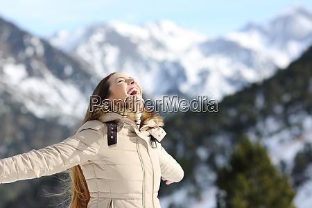 aufgeregte frau lacht im berg