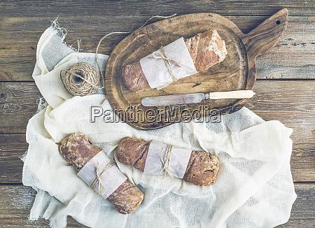 frisch gebackenes rustikales dorfbrot baguettes in
