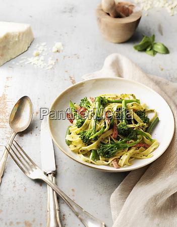 tagliatelle mit brokkoli und schinken