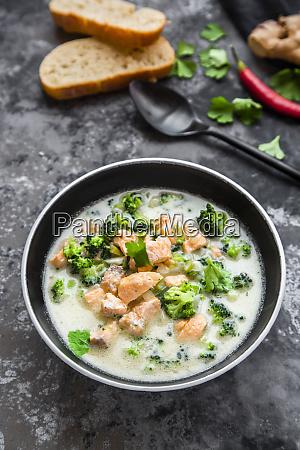 kokoslachssuppe mit brokkoli lauch kokosmilch petersilie