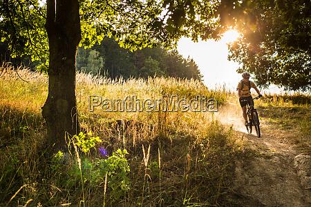 junger biker geht schnell bergab mit