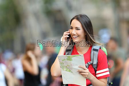 teen tourist sprechen am telefon haelt