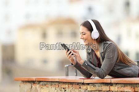 glueckliche maedchen hoeren musik vom telefon