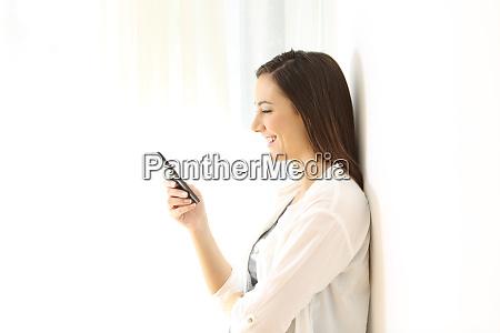 profil eines maedchens mit einem smartphone