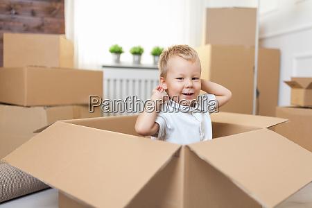 nettes kleinkind hilft verpackung enpachten