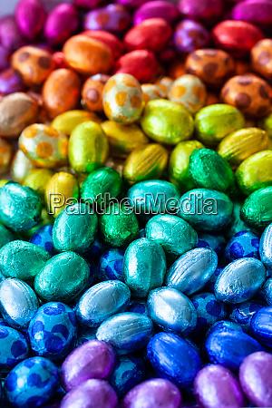 helle schokoladeneier in regenbogenfarben