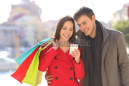 touristen beraten telefon mit einkaufstaschen im