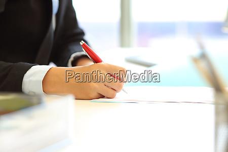 bueromitarbeiter hand unterzeichnung vertrag oder schreiben