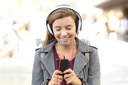 teenager die musik auf einem smartphone