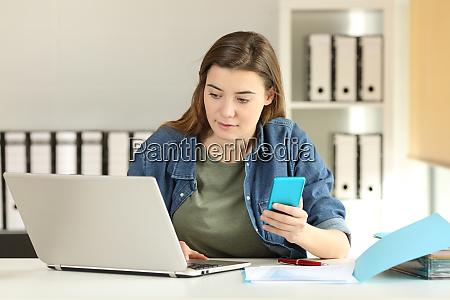 intern mit telefon und laptop zu