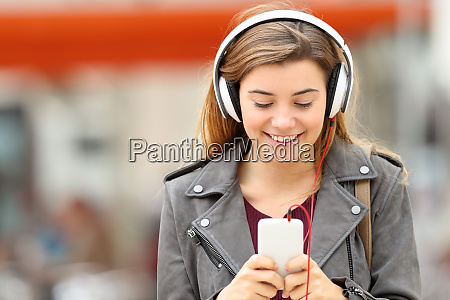 frau hoert musik mit kopfhoerer und