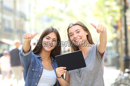 glueckliche freunde halten ein tablet mit