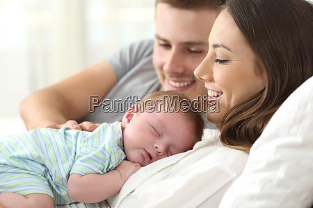 eltern beobachten ihr baby schlafend
