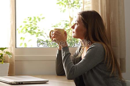 fenster kaffee frau hausbesitzerin haus draussen