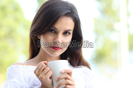 sexy frau haelt eine tasse kaffee