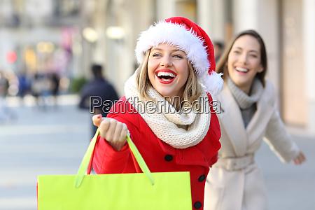 weihnachten einkaufen shopper geschaeft freunde familie