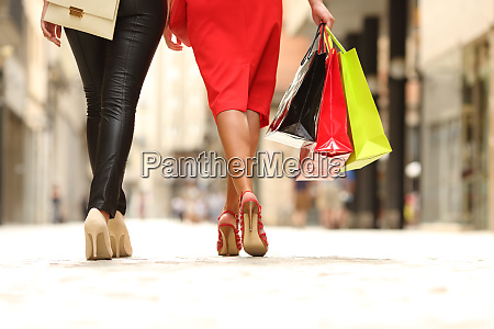 zwei schuhkartons gehen mit einkaufstaschen auf