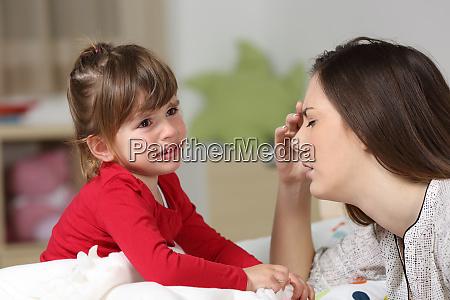 fackelfrau und kleinkind weinen