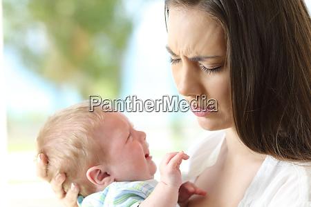 muede verzweifelte mutter und baby weinen