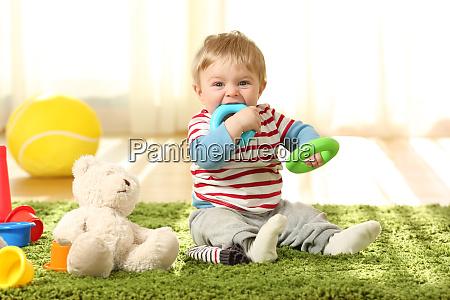 baby beissen spielzeug auf einem teppich